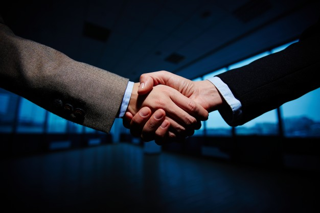 handshake-of-businessmen_1098-742