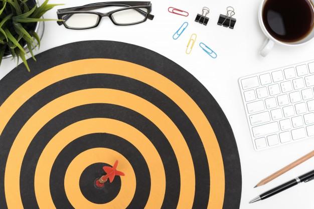 target-arrow-hitting-on-bullseye-over-office-desk-table_1357-125